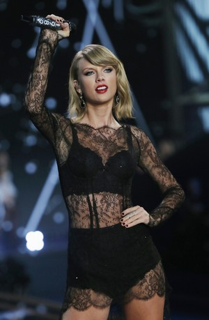 Taylor veloce, swift Performance At Victoria's Secret