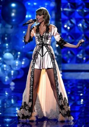 Taylor تیز رو, سوئفٹ Performance At Victoria's Secret