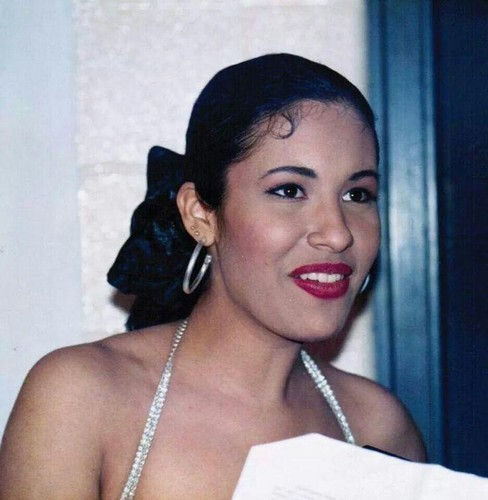 Selena Quintanilla-Pérez wallpaper probably containing a portrait entitled Tejano Queen ♥