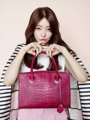 Yoon Eun Hye is lovely in merah jambu with 'Samantha Thavasa's latest 'Croco' bag