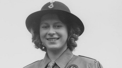 Queen Elizabeth II achtergrond with a green beret, baret entitled young queen elizabeth ii