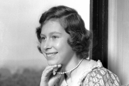 Queen Elizabeth II wallpaper possibly containing a chainlink fence and a portrait titled young queen elizabeth ii