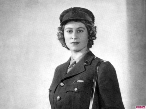 Queen Elizabeth II achtergrond possibly with uniform, regimentals, a green beret, and a full dress uniform called young queen elizabeth ii
