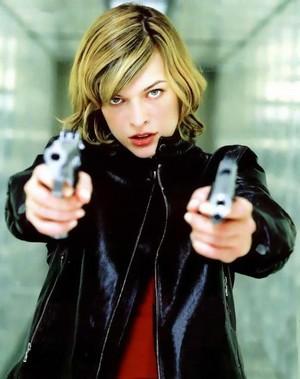 Alice holding pistolas