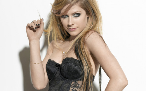 Avril Lavigne wallpaper probably containing a portrait entitled Avril Lavigne