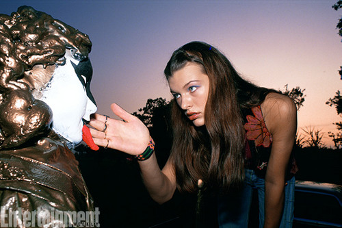 Dazed and Confused Hintergrund entitled Behind the Scenes - Milla Jovovich