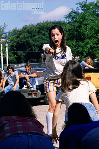 Dazed and Confused Hintergrund possibly containing a carriageway, a street, and a sign titled Behind the Scenes - Parker Posey