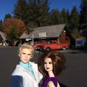 Carlisle and Esme anak patung in Forks