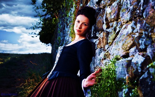 outlander série de televisão 2014 wallpaper possibly with a kirtle titled Claire-wallpaper