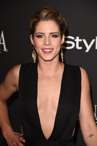 Emily Bett Rickards karatasi la kupamba ukuta titled Emily at Golden Globes After Party