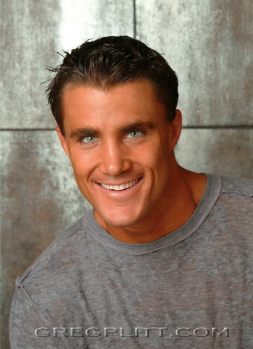 beroemdheden who died young achtergrond possibly with a jersey and a portrait entitled Greg Plitt(1977-2015)