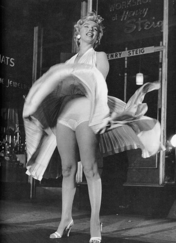 Marilyn Monroe karatasi la kupamba ukuta with tights entitled Marilyn Monroe - The Seven Years Itch - Panties 2