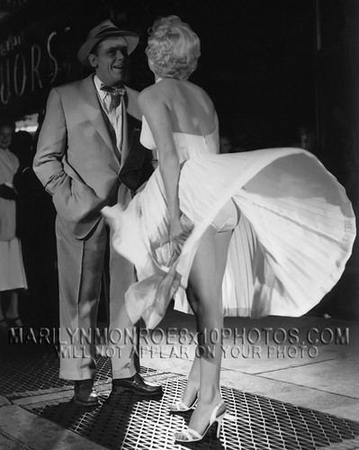 Marilyn Monroe karatasi la kupamba ukuta with a business suit titled Marilyn Monroe - The Seven Years Itch - Panties 4
