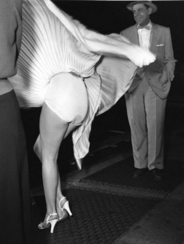 Marilyn Monroe karatasi la kupamba ukuta with a business suit entitled Marilyn Monroe - The Seven Years Itch - Panties
