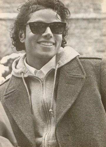 माइकल जैक्सन वॉलपेपर probably containing sunglasses, a full dress uniform, वरदी, रेजीमेंटल्स, and वरदी, रेजीमेंटल्स, regimentals titled Michael Jackson