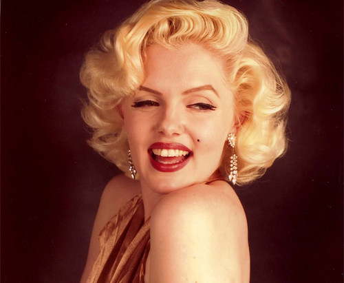 Marilyn Monroe wallpaper possibly containing a portrait and skin entitled Pretty Marilyn In Golden Dress