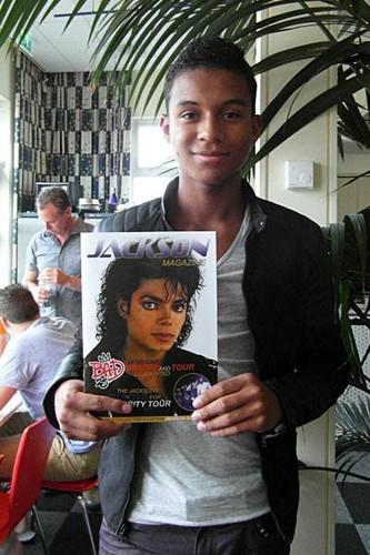 Michael Jackson hình nền with a conservatory titled michael's nephew jaafar jackson holding michael jackson magazine