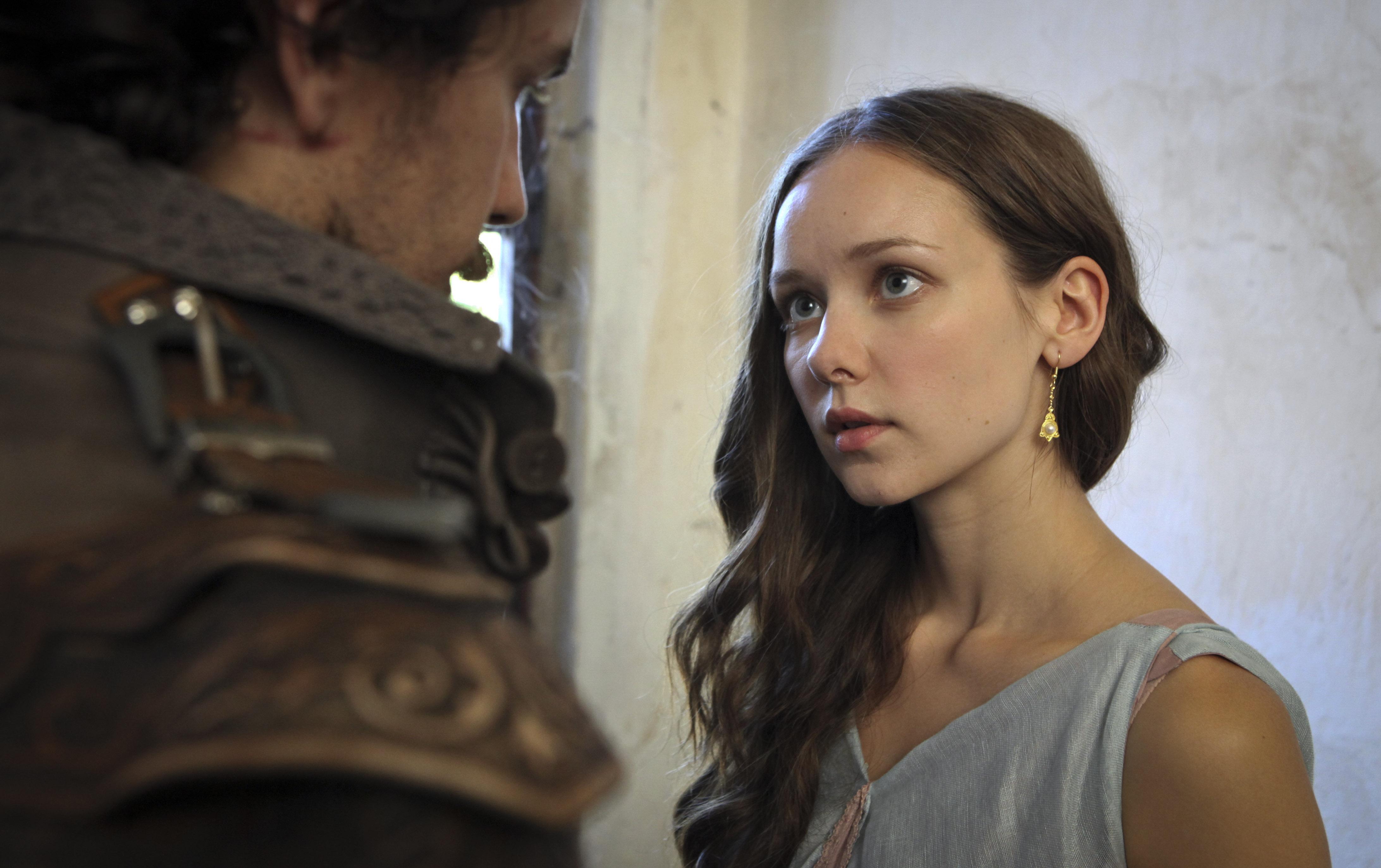 vechernih-platyah-musketir-interteyment-aktrisi-devushka-goliy