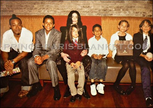 Michael Jackson karatasi la kupamba ukuta possibly containing a well dressed person and a business suit titled siggy jackson, jaafar jackson, michael jackson, blanket jackson, paris jackson and prince jackson