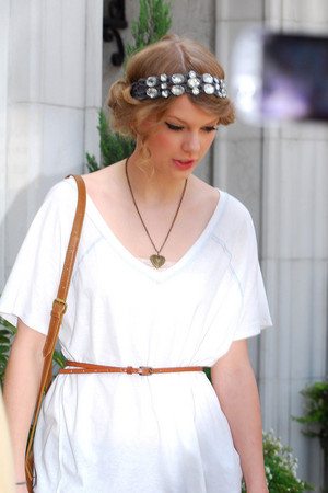 taylor in white and looking nice