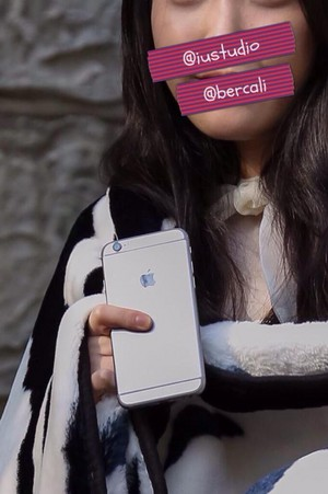 150203 IU was spotted using an iPhone 6 yesterday at the SBENU CF shoot