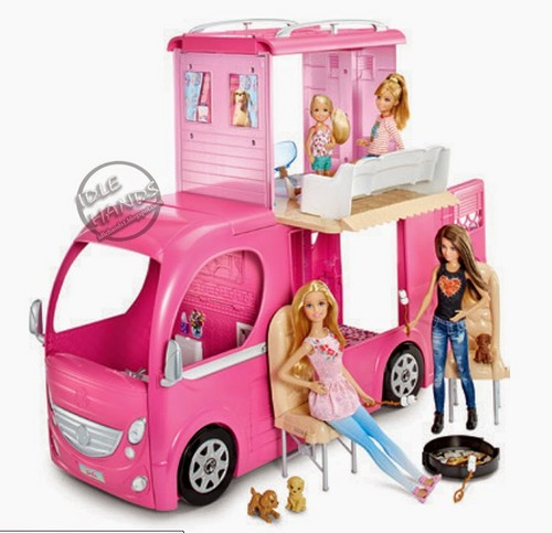 Sinema za Barbie karatasi la kupamba ukuta probably containing a dressing meza, jedwali and a lectern titled Barbie & Her Sisters: The Great puppy Adventure Camper