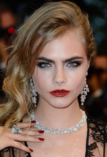 Cara Delevingne Обои possibly containing a portrait called Cara Delevingne