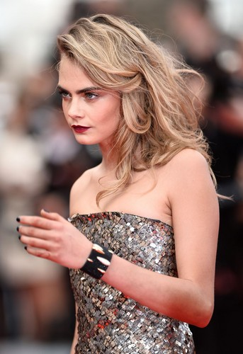 Cara Delevingne karatasi la kupamba ukuta probably containing a cocktail dress, a chajio, chakula cha jioni dress, and a strapless entitled Cara Delevingne