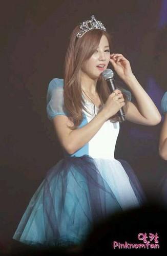 Park ChoRong वॉलपेपर probably with a रात का खाना dress called Chorong at Apink's गुलाबी Paradise संगीत कार्यक्रम