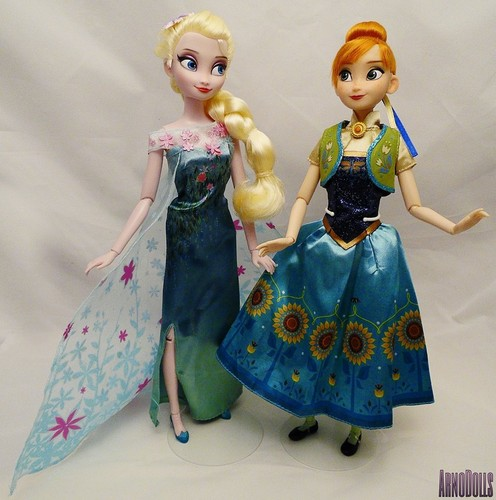 Frozen Fever Hintergrund possibly containing a bridesmaid, a abendessen dress, and a kleid entitled Closer Look at the Disney Store Frozen Fever classic Puppen