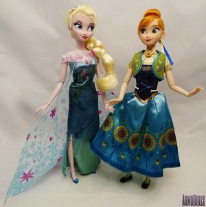 Closer Look at the disney Store Frozen - Uma Aventura Congelante Fever classic bonecas