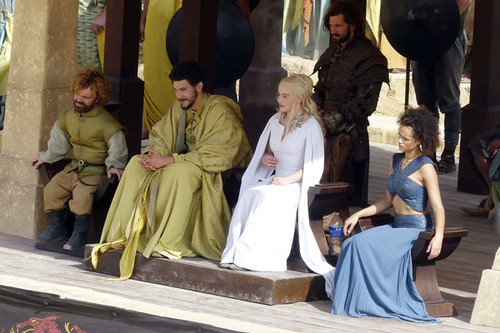 丹妮莉丝·坦格利安 壁纸 probably with a bridesmaid titled Daenerys Targaryen and Tyrion Lannister
