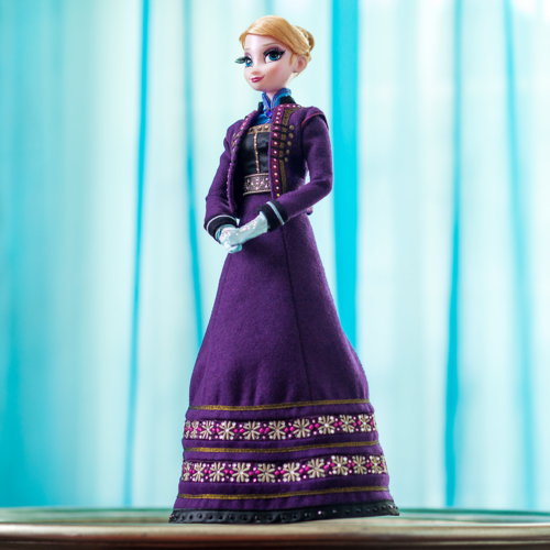 Frozen kertas dinding possibly containing a kirtle, a polonaise, and a mantilla entitled Disney Store Elsa Limited Edition Doll 2015