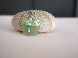 Dragonfly 목걸이 with real Sea Glass