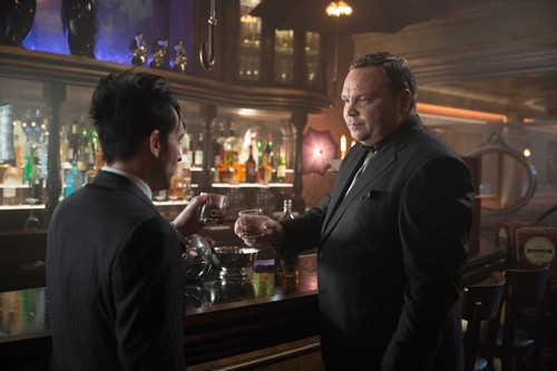 Gotham wallpaper probably with a brasserie, a diner, and a business suit called Gotham - Episode 1.17 - Red capuz, capa