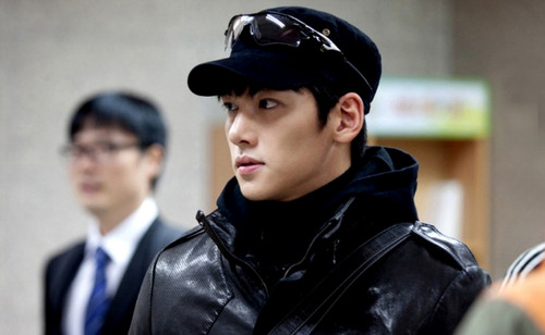 Ji Chang Wook Обои possibly with a business suit called Healer