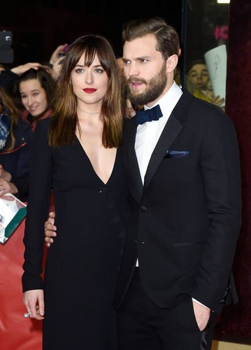 Fifty Shades-Trilogie Hintergrund probably containing a business suit titled Jamie Dornan and Dakota Johnson