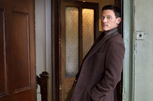 Heiße Schauspieler Hintergrund probably with an outerwear, a well dressed person, and a box mantel called Luke Evans
