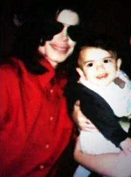 Michael Jackson with son blanket