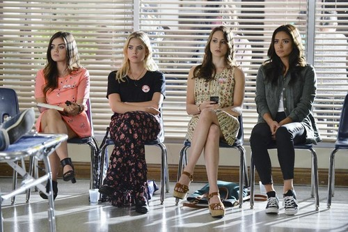 Teen テレビ shows 壁紙 probably containing a living room, a morning room, and a breakfast area titled Pretty Little Liars 5.19 ''Out, Damned Spot''