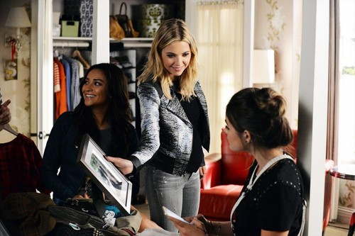 Teen テレビ shows 壁紙 titled Pretty Little Liars 5.21 ''Bloody Hell''