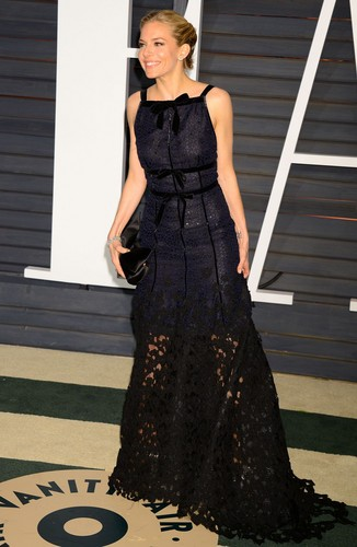 Sienna Miller پیپر وال possibly with a رات کے کھانے, شام کا کھانا dress, a gown, and a strapless called Sienna Miller