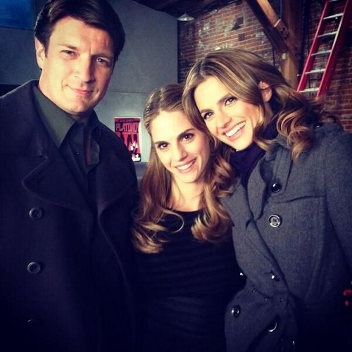 Nathan Fillion & Stana Katic karatasi la kupamba ukuta containing a business suit, a suit, and a well dressed person called Stanathan-BTS