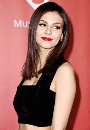 Victoria Justice attends the 25th anniversary MusiCares 2015 Person Of The বছর Gala