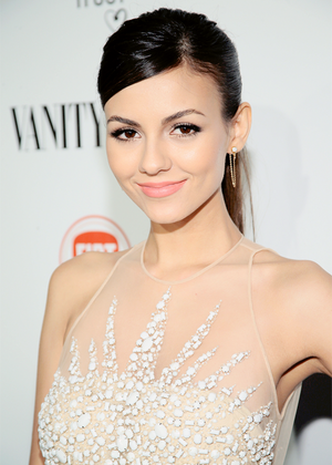 Victoria Justice attends the Vanity Fair And Fiat bánh mì nướng To 'Young Hollywood'