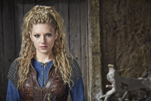 Vikings (TV Series) karatasi la kupamba ukuta possibly containing a surcoat entitled Vikings Season 3 Lagertha Official Picture