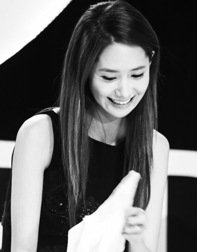 Im yoonA fond d'écran probably containing a portrait called Yoona