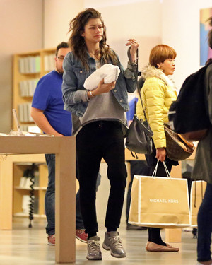 Zendaya shopping at the सेब Store in Beverly Hills (February 27th)