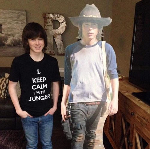 Chandler Riggs Hintergrund with a boater, a fedora, and a campaign hat entitled Chandler Riggs
