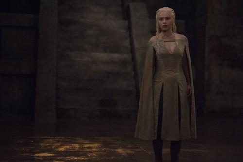 Daenerys Targaryen karatasi la kupamba ukuta possibly with a fur, manyoya coat, an overgarment, and a kirtle titled Daenerys Targaryen Season 5